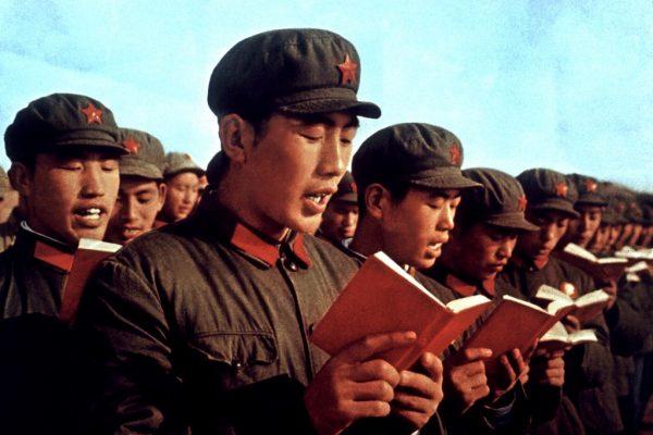 Des soldats de l'armée de libération populaire récitent des paragraphes du Petit Livre rouge de Mao en avril 1970.
