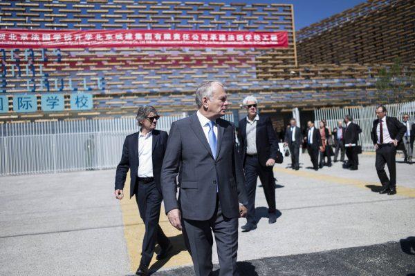 Le ministre des Affaires étrangères Jean-Marc Ayrault visite le nouveau lycée français international de Pékin lors de son inauguration, le 16 mai 2016.