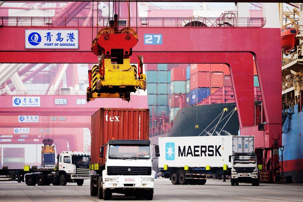 Camions transportant des conteneurs sur le port de Qingdao en Chine, le 12 avril 2016.