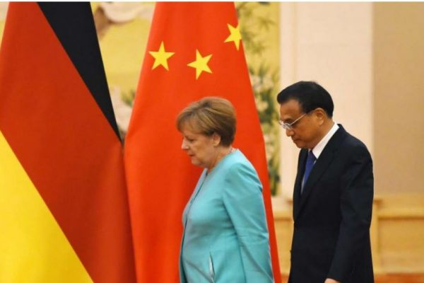 Angela Merkel et le Premier ministre chinois Li Keqiang dans le palais de l'Assemblée du peuple. Copie d'écran de South China Morning Post, le 13 juin 2016.