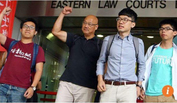 """Les quatre inculpés pour """"obstruction à la police"""" ont été acquittés. De gauche à droite Raphael Wong, Albert Chan, Nathan Law et Joshua Wong. Copie d'écran du """"South China Morning Post"""", le 7 juin 2016."""