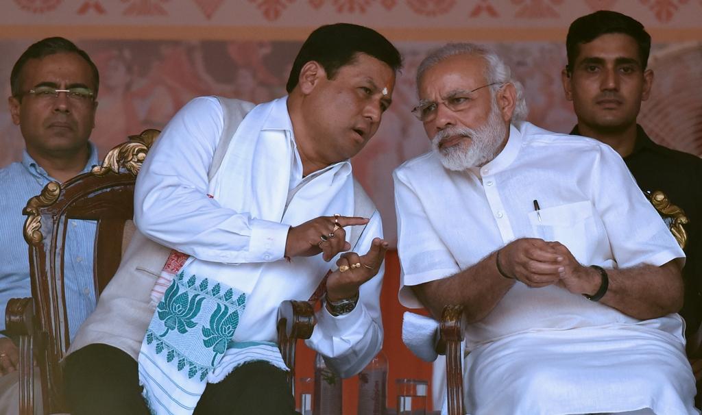 Le Premier ministre indien Narendra Modi écoute Sarbananda Sonowal le nouveau ministre en chef de l'Etat d'Assam, au nord-est de l'Inde, lors de sa cérémonie d'investiture à Guwahati le 24 mai 2016.