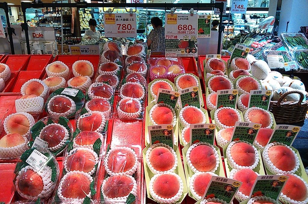 Pêches vendues dans un supermarché, 5 à 6 euros la paire (2014).