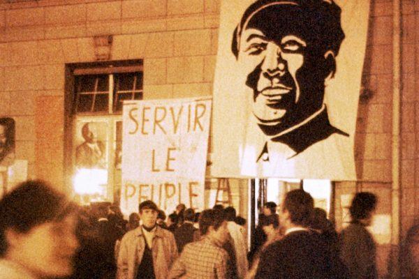 Dans la cour de l'université de Paris-Sorbonne, occupée par des étudiants contestataires, un portrait du leader chinois Mao Zedong est accroché à un mur le 1er mai 1968.