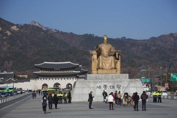 Le roi Sejong, souverain humaniste et inventeur de l'alphabet coréen, a donné son nom à une avenue de la capitale sud-coréenne. Ici, sa statue sur Sejong-daero, à Séoul, avec en arrière-plan le palais Gyeongbok, le palais du Bonheur resplendissant.