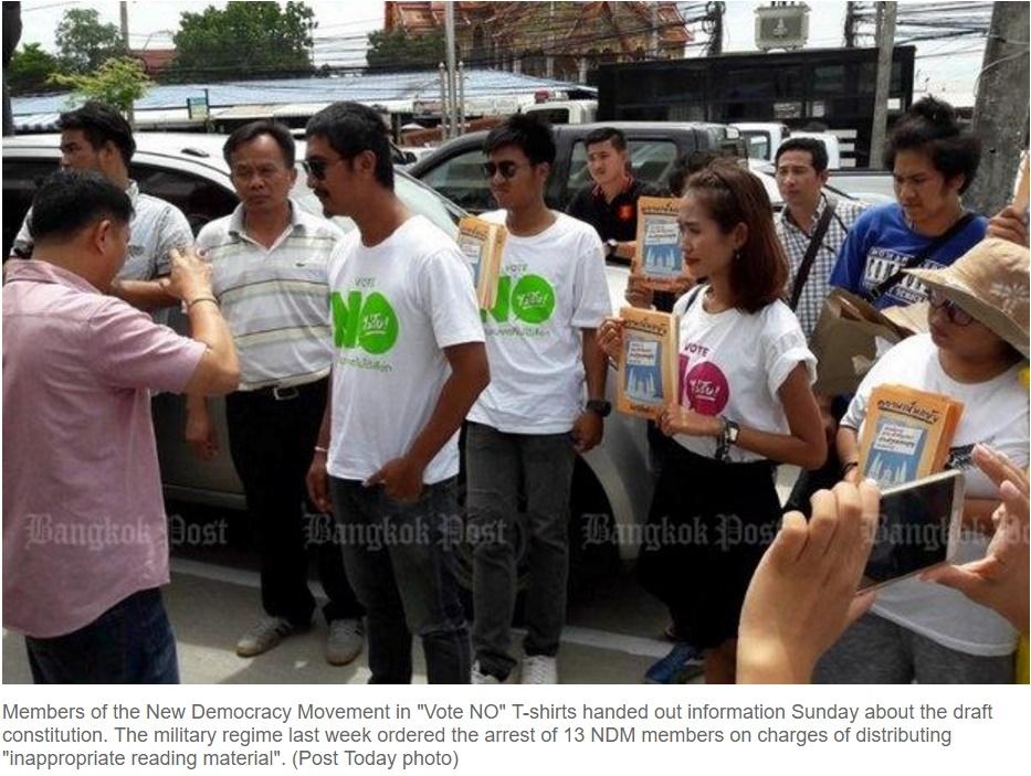 Des membres du Mouvement New Democracy distribuant des informations sur le projet de constitution, ce dimanche 26 juin. Copie d'écran du Bangkok Post, le 27 juin 2016.