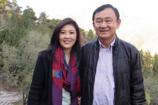 Le frère et la soeur : les deux anciens Premiers ministres thaïlandais, Thaksin et Yingluck, figures de la réussite et de la chute des Shinawatra, ici à Meizhou, dans la province chinoise du Guangdong, en visite dans leur maison ancestrale, le 30 octobre 2014.