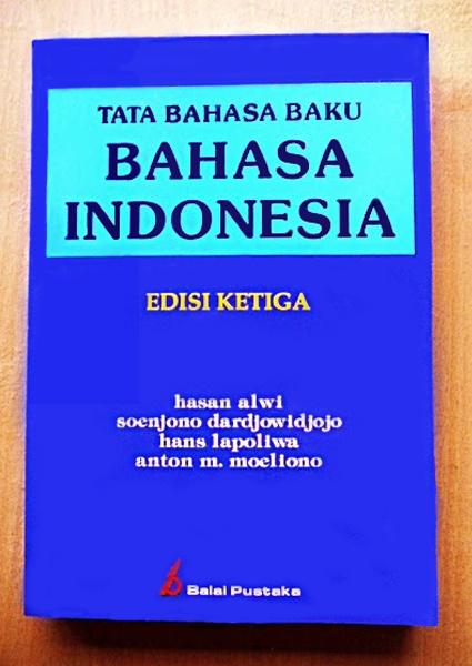 Dernière édition de la grammaire officielle de l'indonésien, publiée chez Balai Pustaka, sous les auspices du ministère indonésien de l'Education et de la culture.