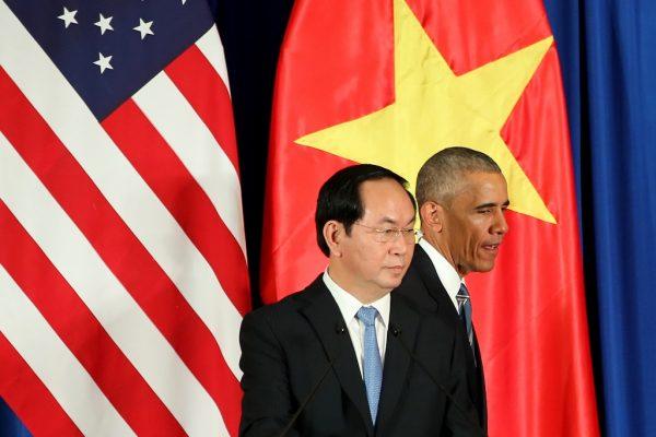 Le président américain Barack Obama et son homologue vietnamien Tran Dai Quang (L) après une conférence de presse à Hanoï le 23 mai 2016.
