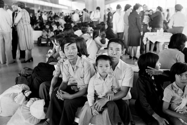 Des réfugiés Vietnamiens à l'aéroport Roissy-Charles de Gaulle, après avoir fui l'Asie depuis Poulo Bidong Island en Malaisie, le 7 juillet 1979.