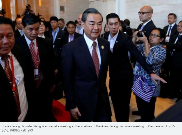 Le ministre des Affaires étrangères Wang Yi sort renforcé du sommet de l'ASEAN au Laos, où l'organisation régionale n'a pas su s'opposer fermement aux actions de Pékin en mer de Chine du Sud. Copie d'écran du Straits Times, le 25 juillet 2016.