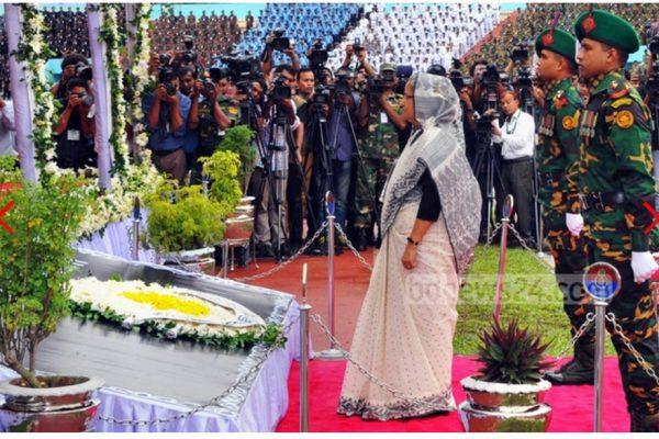 La Premier ministre bangladaise Sheikh Hasina s'est recueillie au cours de l'hommage national rendu aux 22 victimes de l'attentat commis vendredi 1er juillet à Dacca. Copie d'écran de Bdnews24, le 4 juillet 2016.