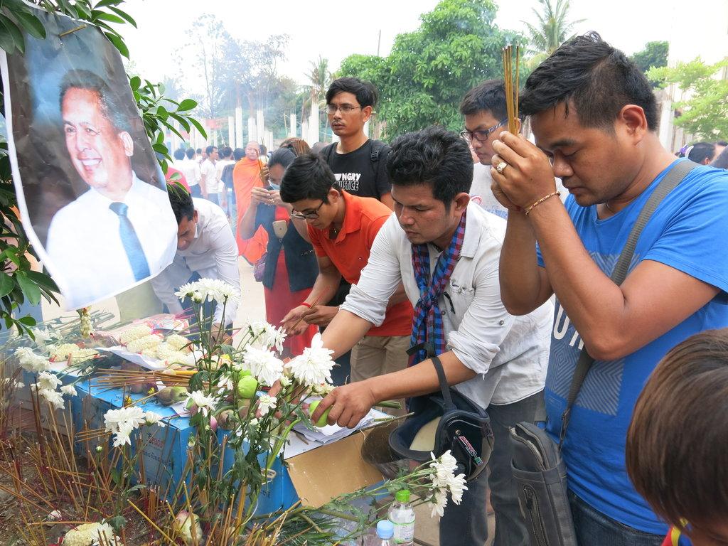 Les Cambodgiens se recueillent près d'une photo de Kem Ley, analyste politique et critique du Premier ministre Hun Sen, le 10 juillet à Phnom Penh.