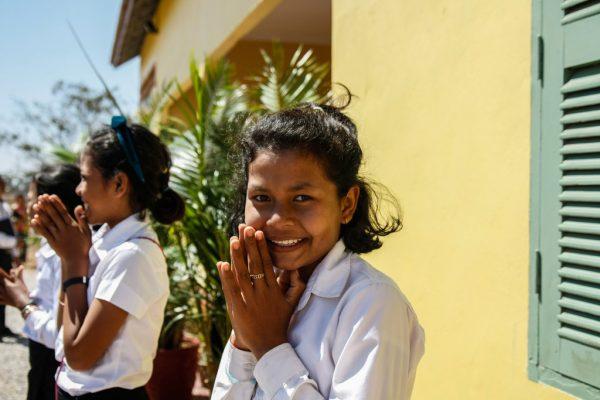 Une écolière ravie de l'inauguration de sa nouvelle école.