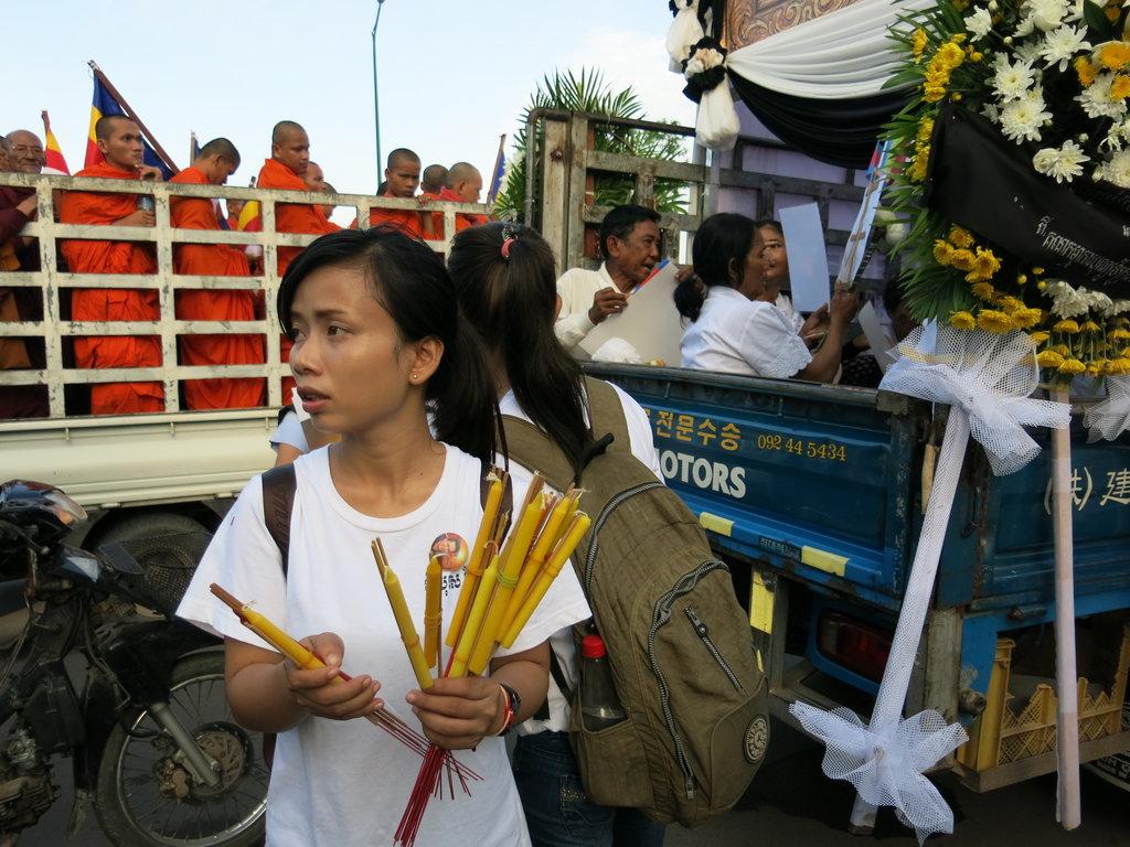 Distribution de bougies mais aussi d'encens et de drapeaux au démarrage du cortège dimanche vers 6h30 du matin.