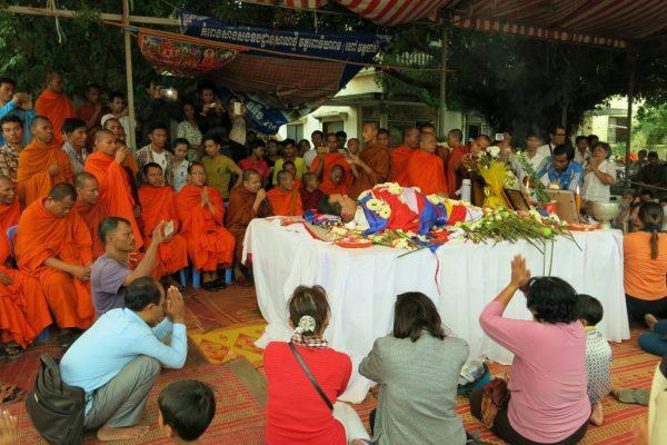 Les Cambodgiens se recueillent près de la dépouille de Kem Ley, analyste politique et critique du Premier ministre Hun Sen, le 10 juillet à Phnom Penh.