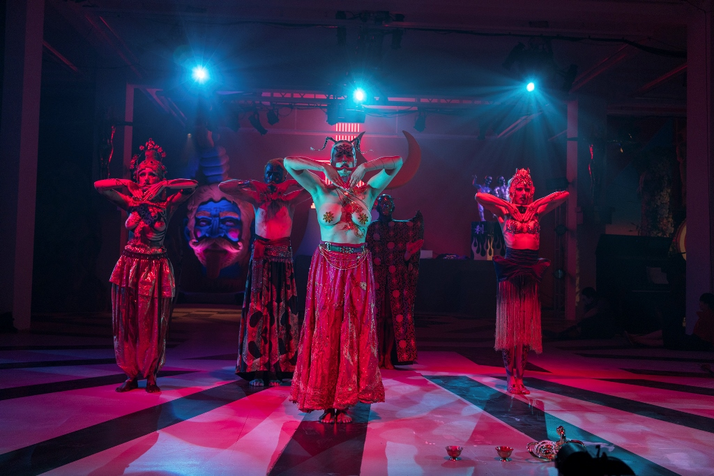 """La performance artistique """"Ishvara"""" par le Chinois Chen Tianzhuo."""