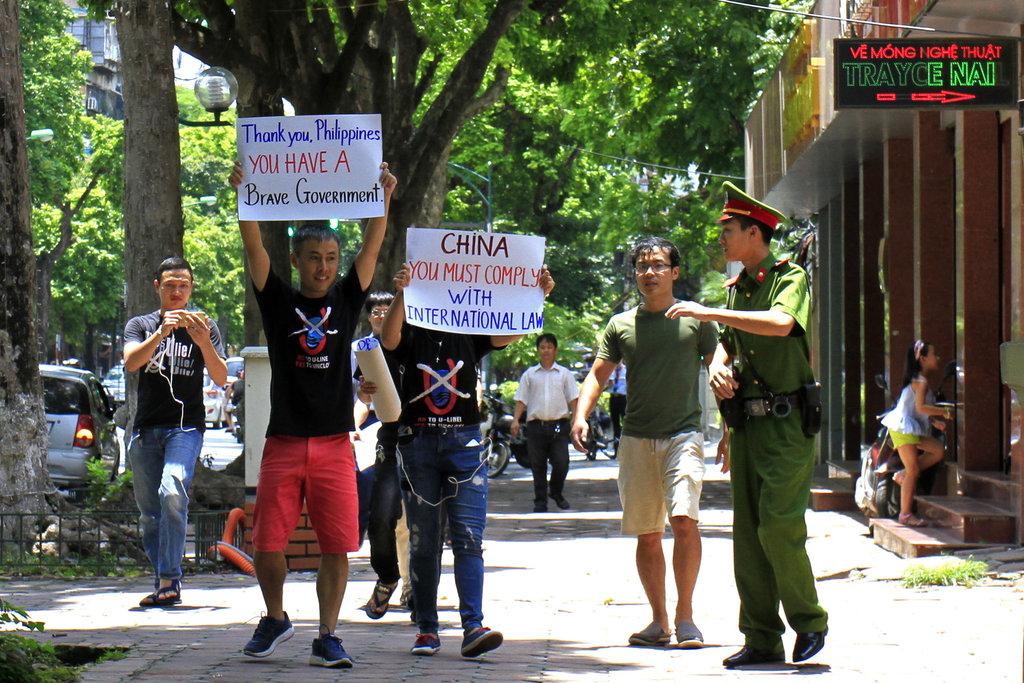 Des manifestants vietnamiens appellent la Chine à respecter le jugement de la Cour permanente de La Haye, le 17 juin 2016 à Hanoi.