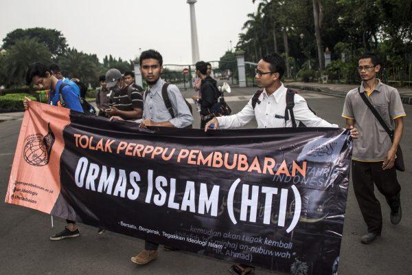Des étudiants musulmans manifestent à Jakarta le 12 juillet 2017 contre le projet de dissolution du groupe islamiste Hizb ut-Tahrir Indonesia (HTI).