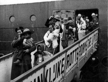 """Des Ambonais descendent du bateau """"Kota Inten"""" au port de Rotterdam, en 1951."""