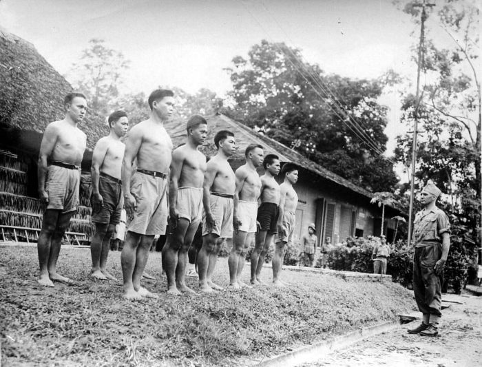 Des recrues de la KNIL, l'armée royale des Indes néerlandais, s'exercent à Ambon, dans les Moluques du Sud.