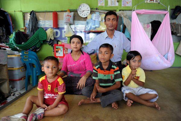 Jamal Hossain et sa famille dans un abri pour les Rohingya à Bayeun dans l'est d'Aceh en Indonésie le 27 mars 2016.