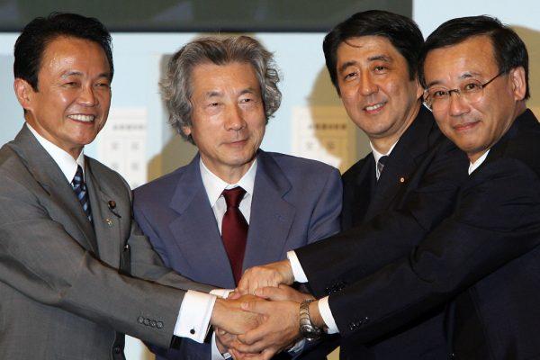Shinzo Abe le jour de son élection à la tête du Parti libéral-démocrate (PLD), le 20 septembre 2006 à Tokyo, avec les autres candidats au poste, le ministre des Finances Sadakazu Tanigaki (à droite), le ministre des Affaires étrangères Taro Aso (à gauche) et le Premier ministre sortant Junichiro Koizumi (2ème à gauche).