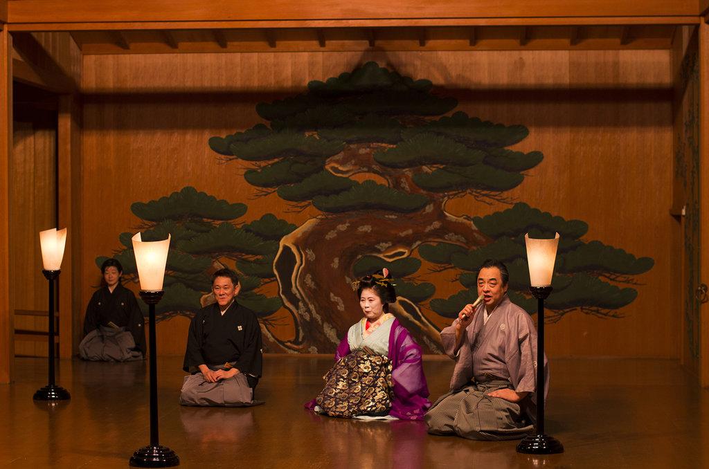 Discussion entre (de droite à gauche) Manjirô Tatsumi, acteur de nô, Tsukasa-tayû, courtisane de très haut rang, et Senzaburô Shigeyama, acteur de kyôgen, devant la soixantaine de spectateurs réunis le 7 juillet 2016 au théâtre Kôri.