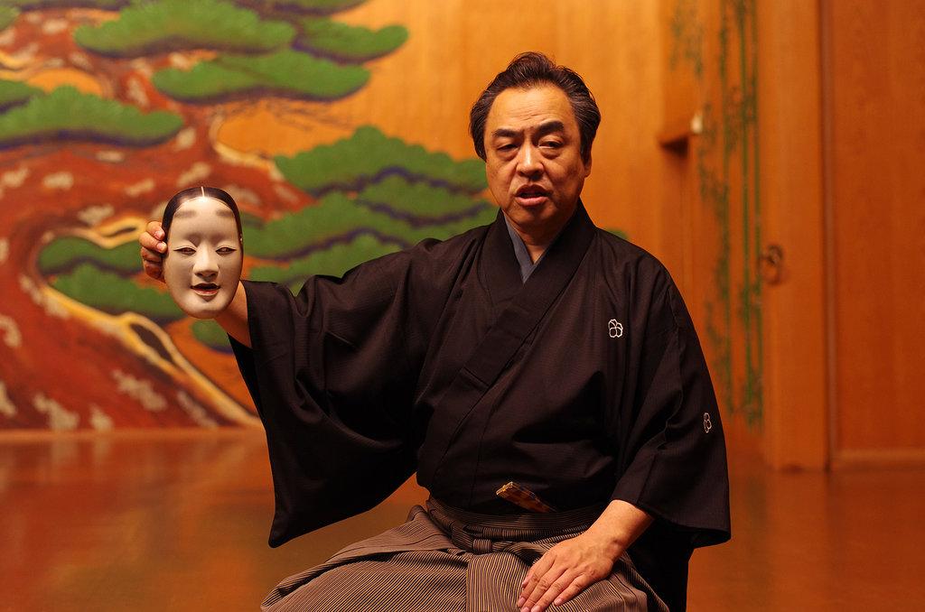 Manjirô Tatsumi explique le rôle des masques portés par les acteurs principaux dans le théâtre nô. Ici, un masque de femme.