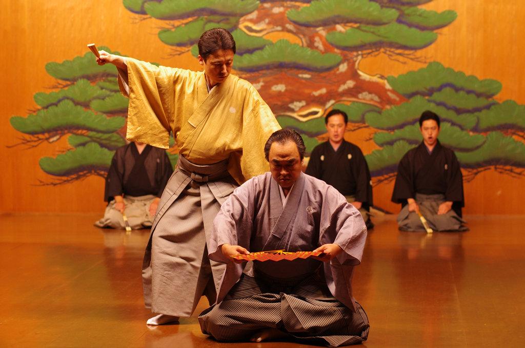 """Manjirô Tatsumi joue la pièce """"Shari"""" dans le rôle du démon Sokushitsuki, poursuivi par le gardien Idaten pour avoir volé une relique de Bouddha"""