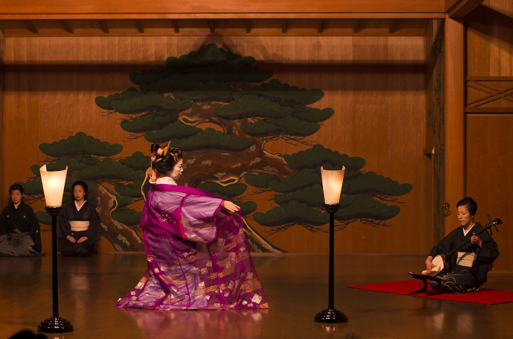 Danse de Tsukasa-tayû, courtisane de très haut rang, accompagnée par une joueuse de shamisen.