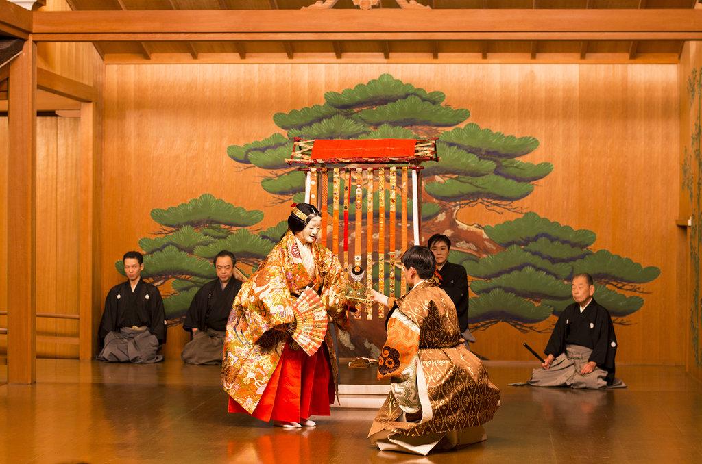 Yang Guifei remet à l'envoyé de l'empereur Tang Xuanzong une preuve de leur rencontre : une longue épingle à cheveux richement décorée.