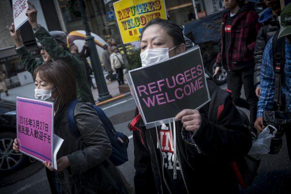 Des manifestants défilent à Shibuya (Tokyo) pour protester contre la politique d'accueil des réfugiés du gouvernement japonais, le 27 mars 2016.