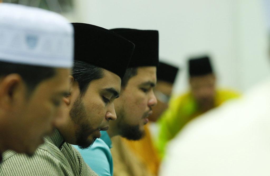 Des Musulmans prient dans une mosquée de George Town, le 30 juin 2016.