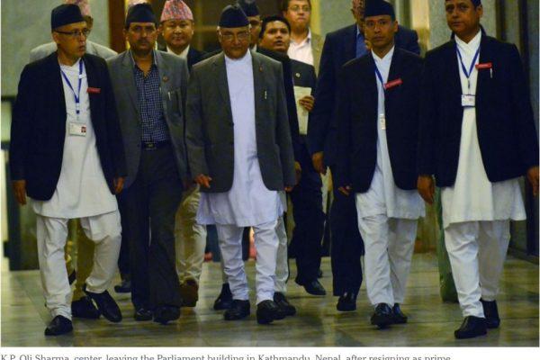 K.P. Sharma Oli (au centre), quitte le Parlement après avoir démissionné du poste de Premier ministre dimanche 24 juillet. Copie d'écran du New York Times, le 25 juillet 2016.