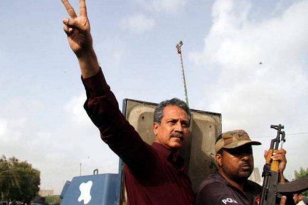 Waseem Akhtar, le leader du parti Muttahida Qaumi Movement, déjà soupçonné dans une affaire de soutien à des terroristes, répond à présent à dix nouveaux chefs d'accusation. Sa détention provisoire a été étendue de deux semaines, le temps que les enquêtes se poursuivent. Copie d'écran de The Express Tribune, le 27 juillet 2016.