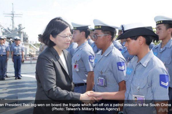La présidente Tsai Ing-wen saluant les officiers de la marine taïwanaise, prêts à partir en mission de patrouille en mer de Chine méridionale. Copie d'écran de Channel News Asia, le 13 juillet 2016.