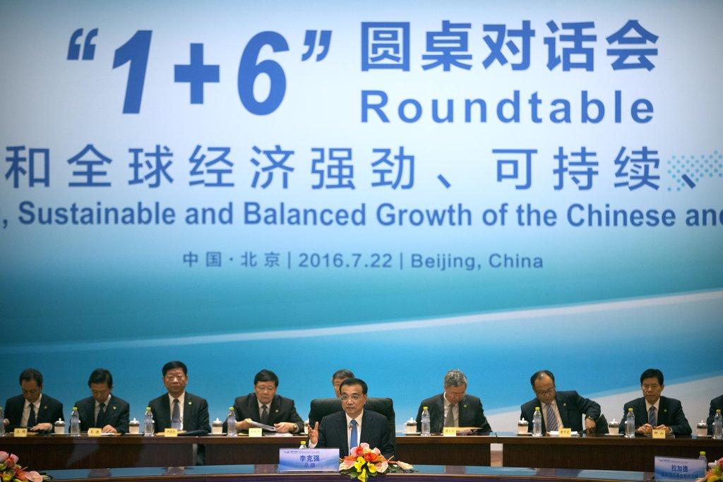 """Le Premier ministre chinois Li Keqiang a tenu une table ronde sur l'économie chinoise en marge du sommet 1+6 à Pékin le 22 juillet dernier, pour une """"économie mondiale durable, forte et équilibée""""."""
