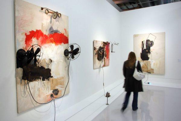 """Au centre Pompidou à Paris le 11 octobre 2006, """"Pantomime"""" de Robert Rauschenberg dans une rétrospective consacré à l'artiste plasticien américain, précurseur du Pop Art."""