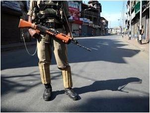 Les autorités augmentent les mesures de restriction : le couvre-feu est étendu à de nombreuses villes et les lignes de téléphonie mobiles sont coupées afin d'empêcher de futures manifestations. Copie d'écran de The Hindu, le 12 août 2016.