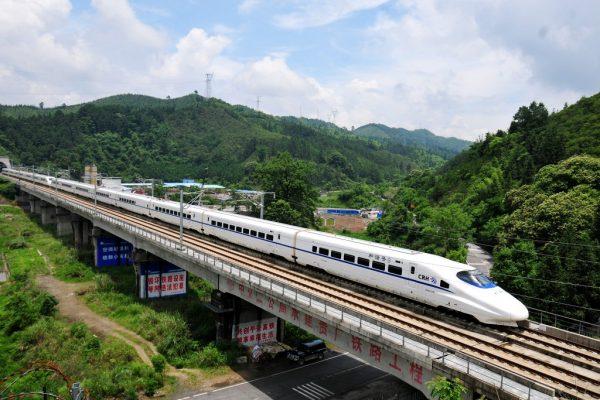 Le TGV chinois ou CRH (China Railway High-speed) sur la ligne Guiyang-Canton, ici passant près du village de Maping, dans la commune de Guyi, près de Liuzhou dans la province septentrionale du Guangxi le 20 mai 2015.
