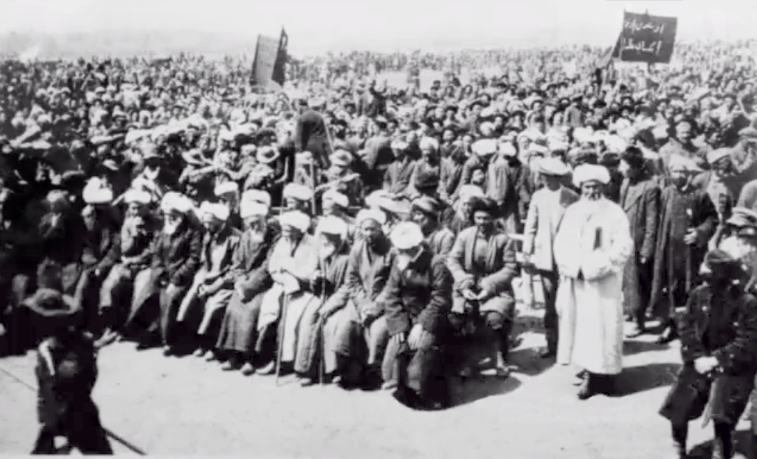 Proclamation de la première République du Turkestan oriental à Kashgar.