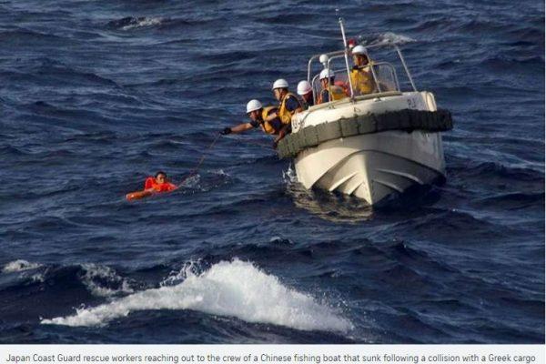 Une fois n'est pas coutume, des gardes-côtes japonais portent secours à des pêcheurs chinois en mer de Chine. Copie d'écran du Straits Times, le 11 août 2016.