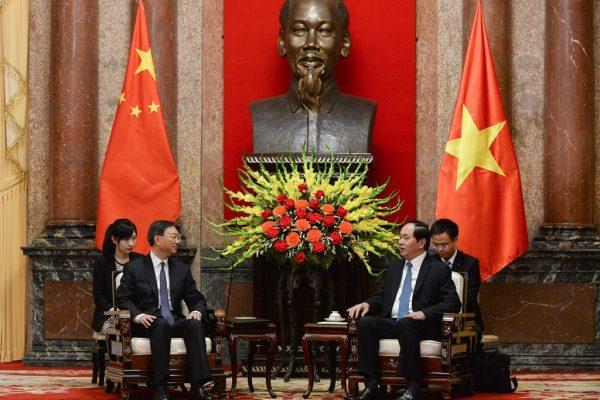 Photo du Le président vietnamien Tran Dai Quang et du conseiller d'Etat chinois Yang Jiechi