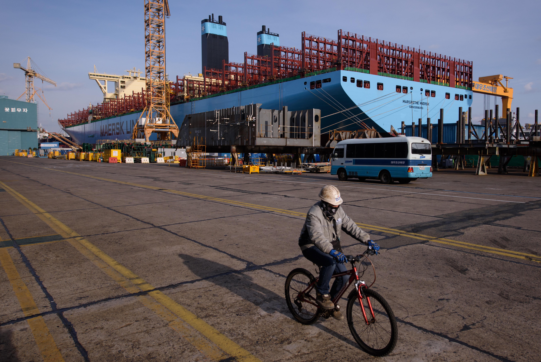 Construction d'un porte-conteneurs dans les chantiers navals de Daewoo DSME à Okpo, à 60 km au sud de Pusan, le 3 décembre 2014.