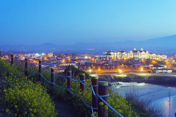 """À l'ancien dicton """"À Jeju il y a des femmes, des pierres et du vent"""", les habitants de l'île ont substitué une version plus actuelle : """"À Jeju, il y a des Chinois, des buildings et de l'argent"""". Ici, la station balnéaire de Gimnyeong Seongsegi."""