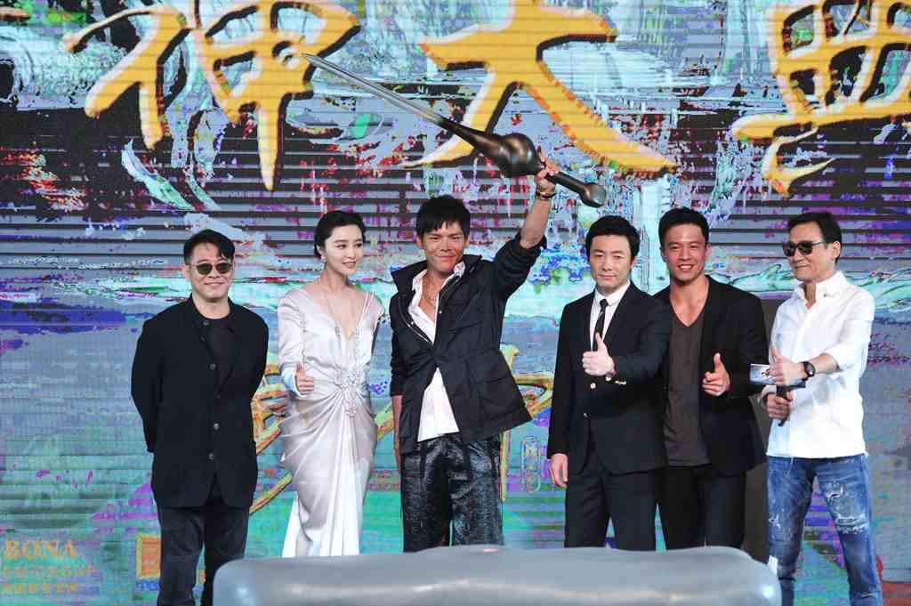 """Jet Li (à gauche), Fan Bingbing (au centre), Jacky Heung (avec l'épée), Zu Feng et et Tony Leung Kar Fai (à droite)... un casting de rêve pour """"League of Gods"""" de Koan Hui, ici réuni pour la première du film à Pékin le 24 juillet 2016."""