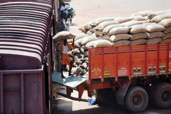 Un ouvrier indien charge des sacs de grains sur un camion au centre de fret de la gare de Chennai (Tamil Nadu), le 3 août 2016.