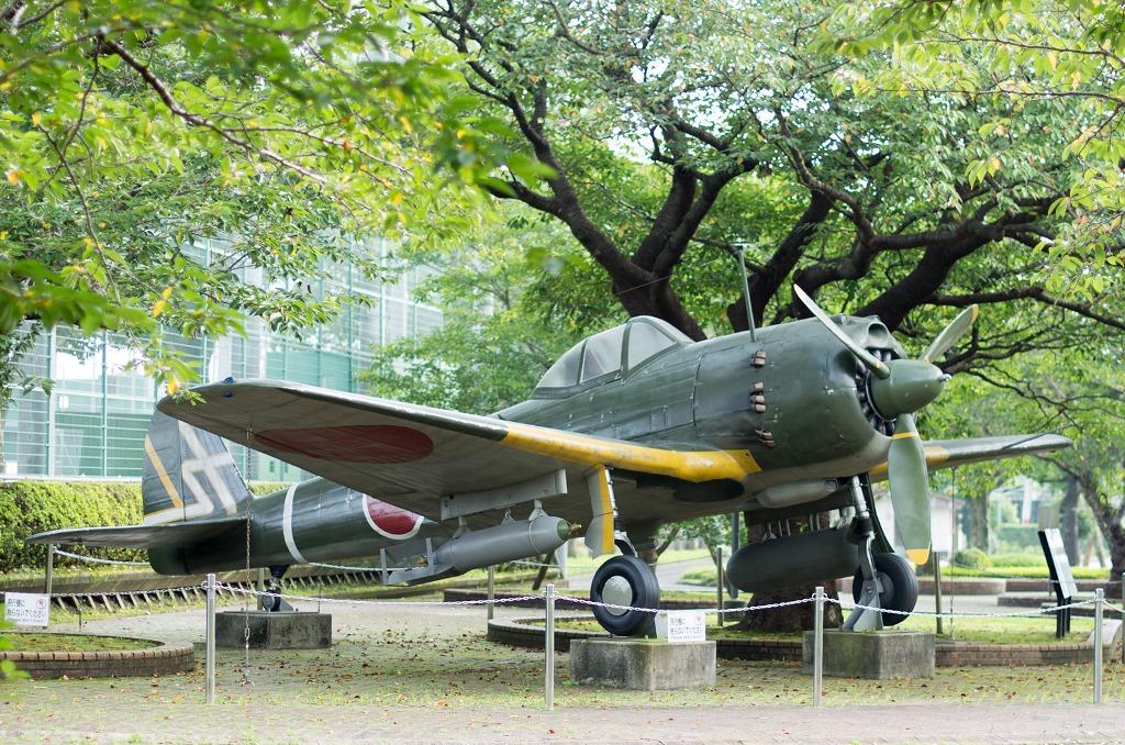 """Un Nakajima Ki-43 (""""Hayabusa"""" en japonais), avec une bombe de 250 kg sous l'aile droite et un réservoir de carburant sous l'aile gauche : 120 avions de ce type ont décollé de la base de Chiran."""