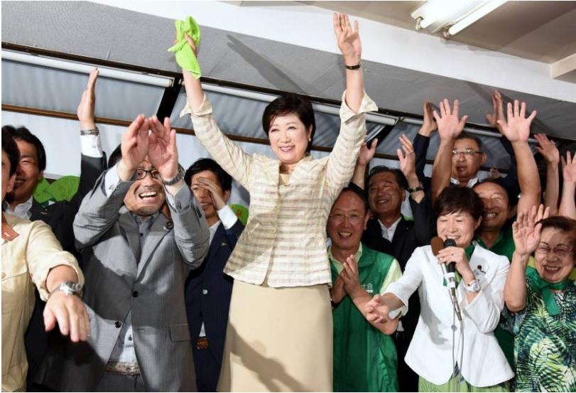 L'ancienne ministre de l'Environnement, Yuriko Koike, a remporté de loin les élections gouvernementales, devenant ainsi la première femme gouverneure de Tokyo. Copie d'écran du Japan Times, le 1er août 2016.